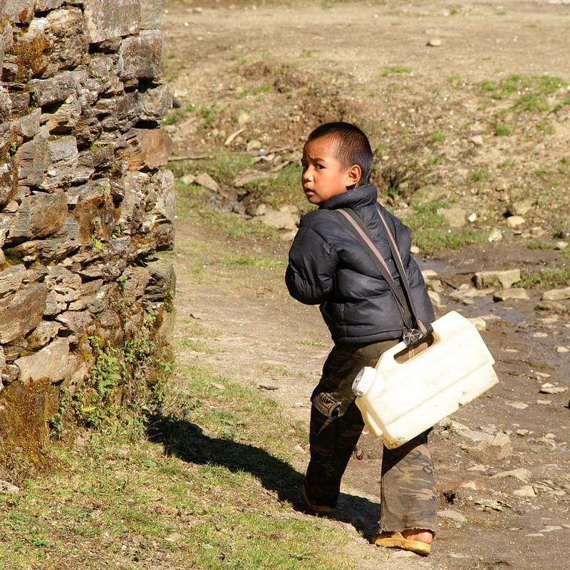 bambino-al-lavoro-per-acqua