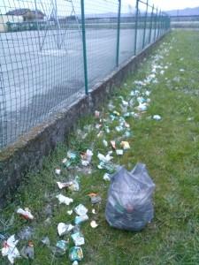 raccolta-rifiuti-lungo-cortile-scuole-revello