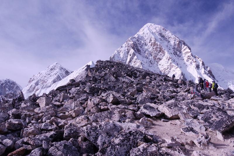 kala-patthar (in primo piano), sullo sfondo il Pumori