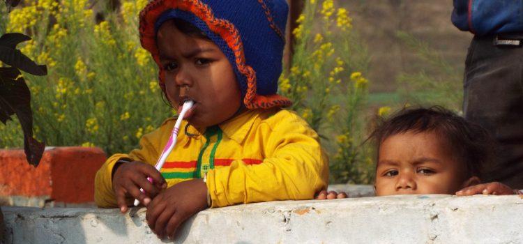 bambino nepalese che si lava i denti