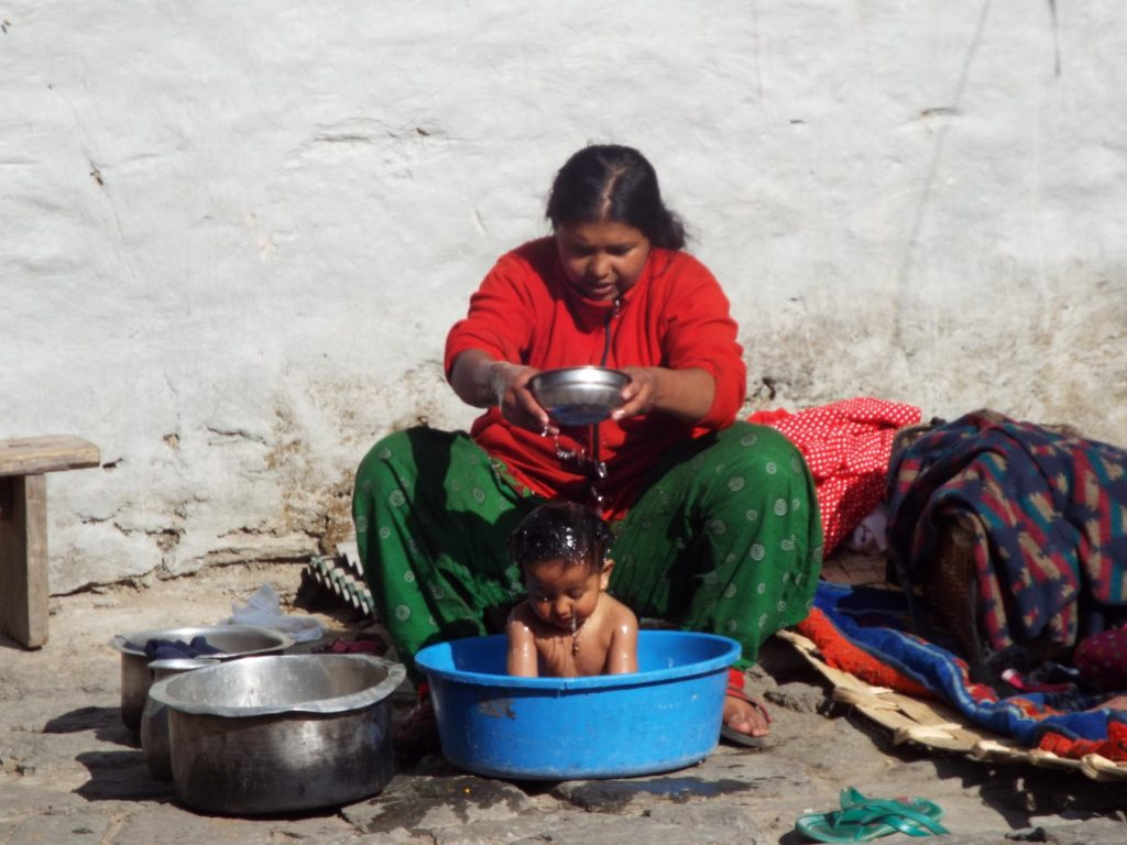 manna che lava il proprio bambino