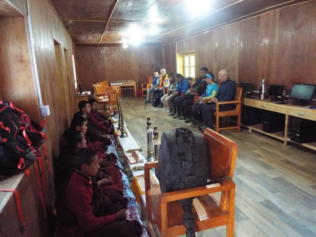 monaci-in-preghiera-alla-scuola-di-nunthala
