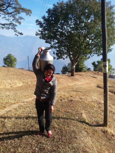 chukha-acquedotto-dicembre-2017-ragazzina-porta-acqua