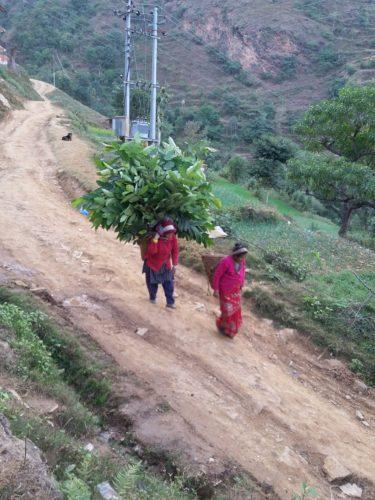 chukha-acquedotto-dicembre-2017-donne-portano-acqua
