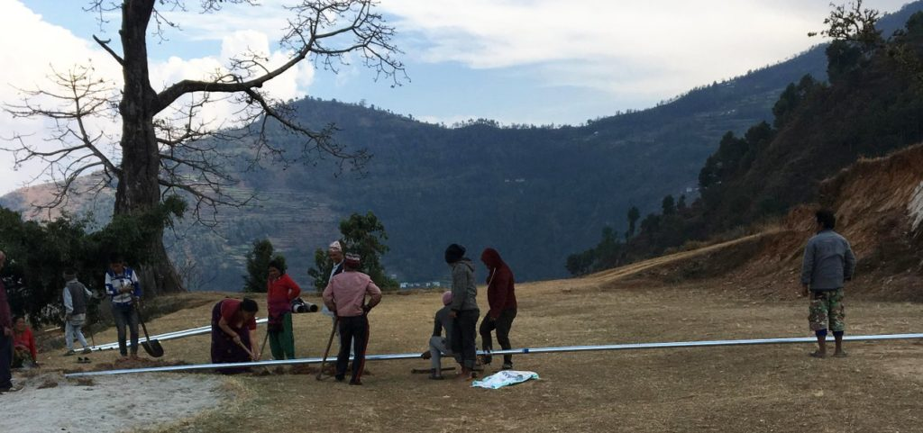 chukha-nepal-acquedotto-persone-al-lavoro
