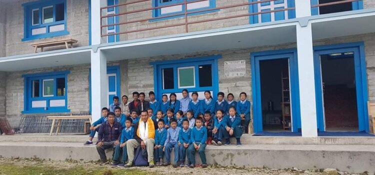 foto di gruppo davanti alla casa famiglia